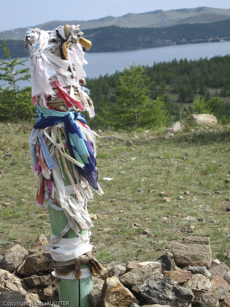 Lieu de prière chamanique : des rubans accrochés en offrande à un pieux