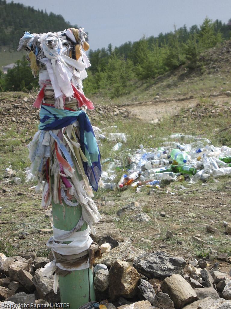 Lieu de prière chamanique : en arrière plan, les bouteilles d'alcool offertes durant les prières ne doivent pas quitter le cercle de prière.