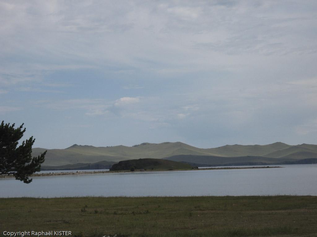 Aperçu du Lac Baïkal avec en arrière plan, l'île d'Olkhone