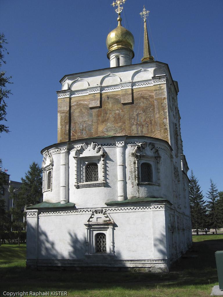 L'église du Sauveur (XVIIIème), la plus ancienne église en pierre de la ville. Actuellement elle est transformée en musée. Elle apparaît toute blanche, sauf sur une de ses façades où ont été peintes de grandes fresques aux motifs religieux.