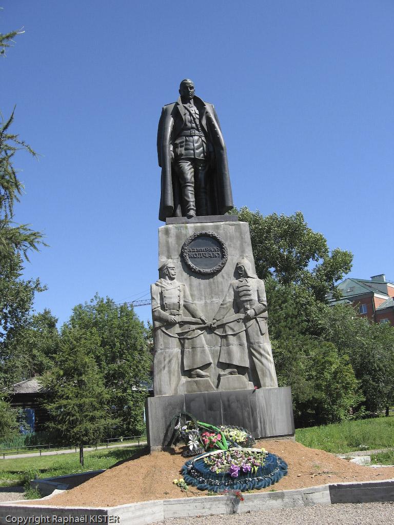 """Une statue de plus de cinq mètres représentant l'amiral Alexandre Koltchak, grand chef des forces armées """"blanches"""" durant la guerre civile russe."""