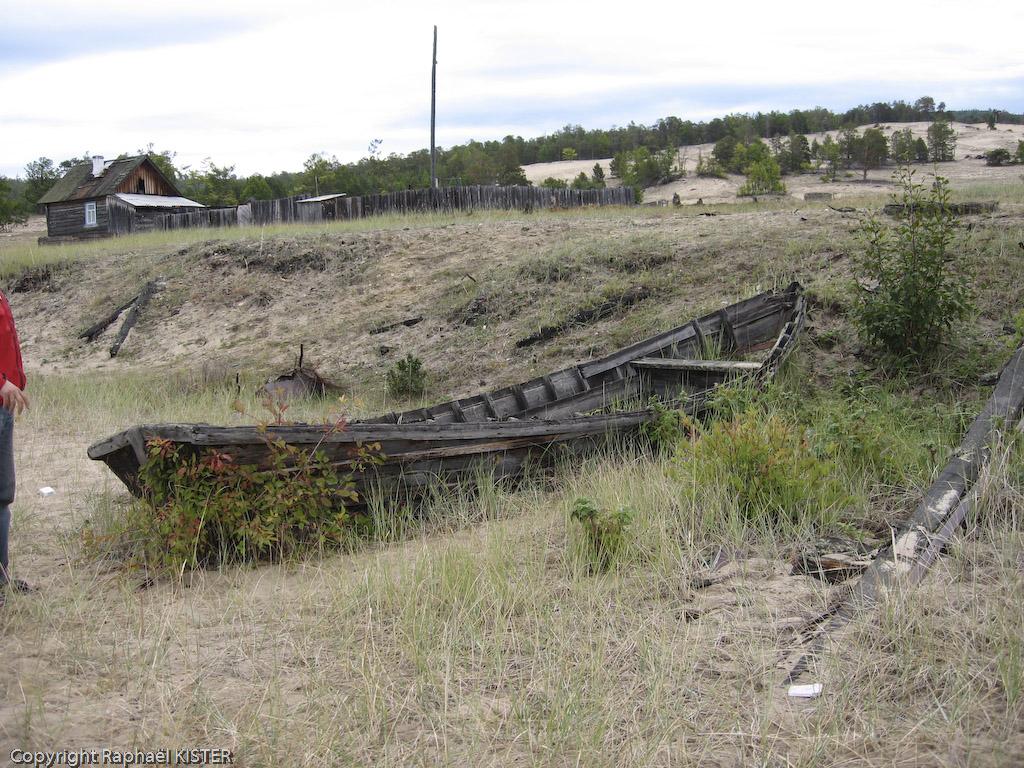 Une vieille barque abandonnée sur la plage