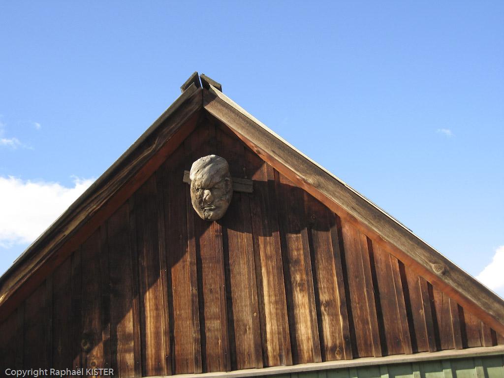Sculpture en bois d'une figure sur une maison dans le village Khugir