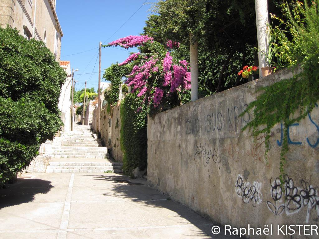 Petite rue menant à la vieille ville de Dubrovnik