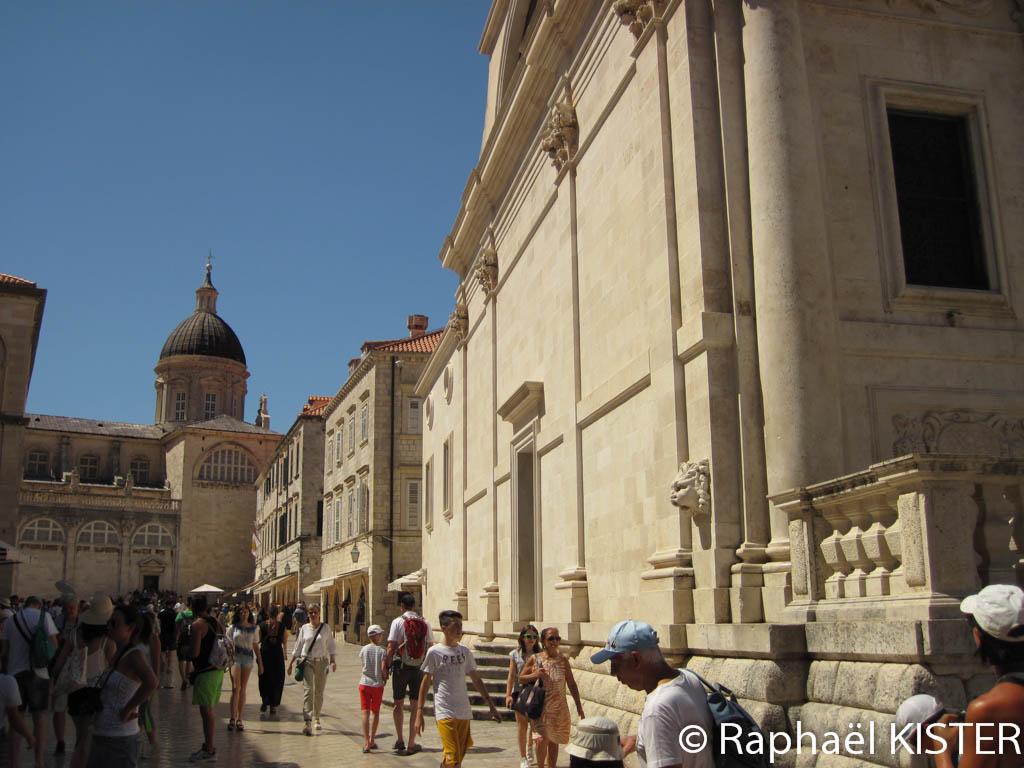 La rue principale à côté de l'église Saint-Blaise