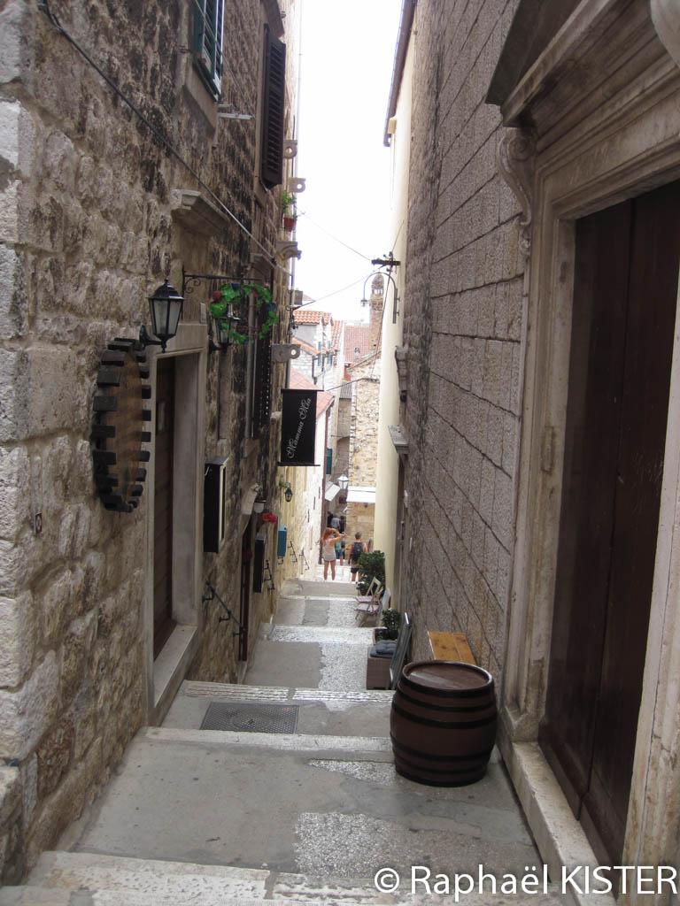 Rue étroite menant à la forteresse espagnole à Hvar