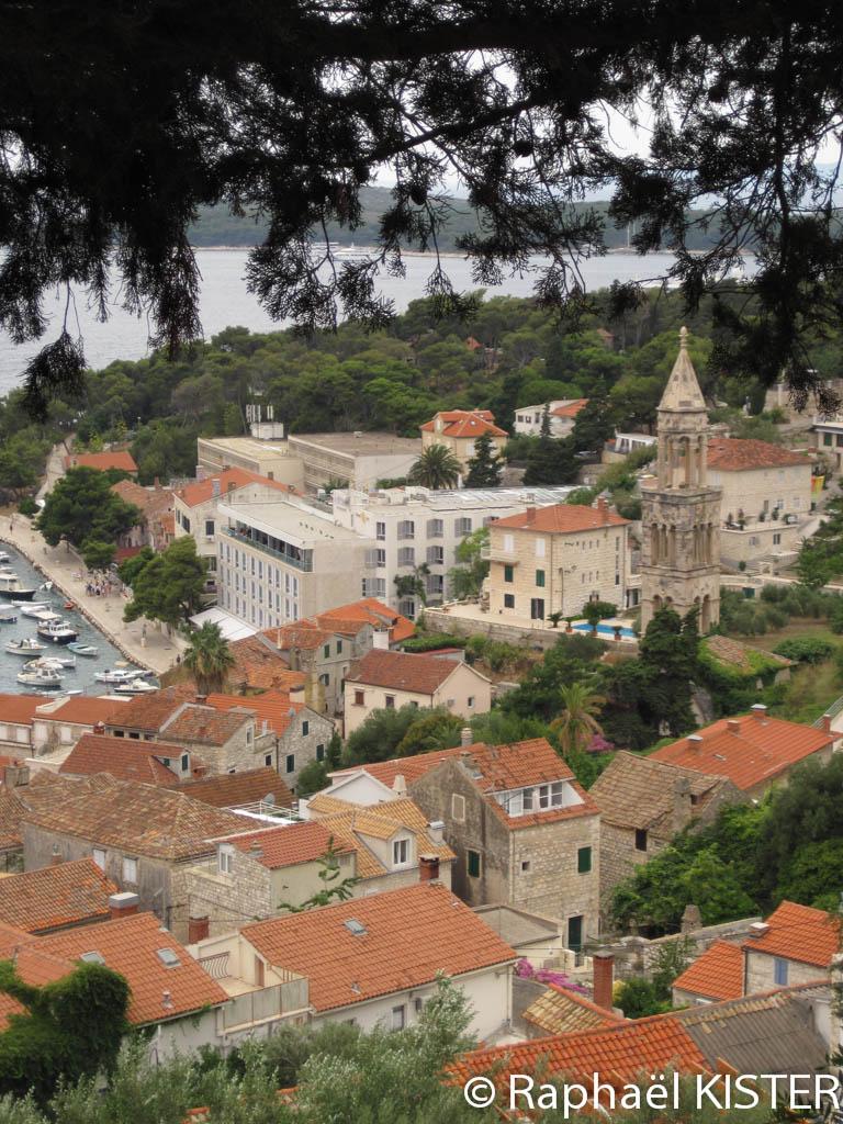 Aperçu de Hvar depuis les jardins précédents la forteresse espagnole à Hvar