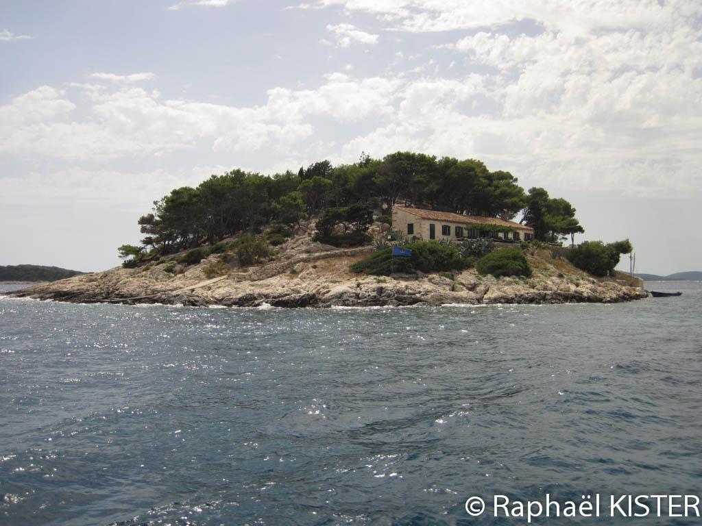 Îlot dans la baie face à la ville d'Hvar