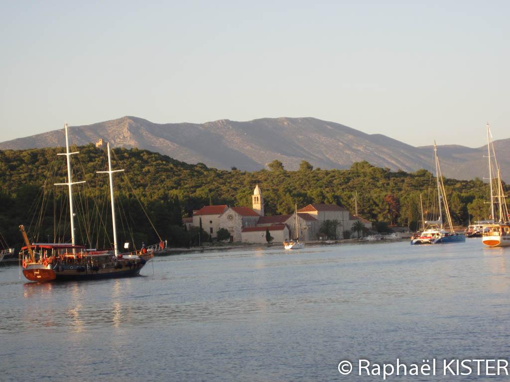 Bateau et monastère dans la baie de Korcula