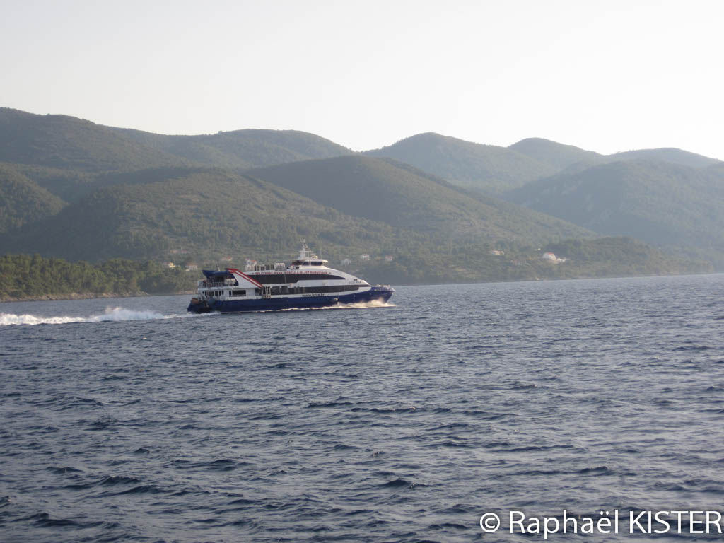 Catamaran partant de Korcula