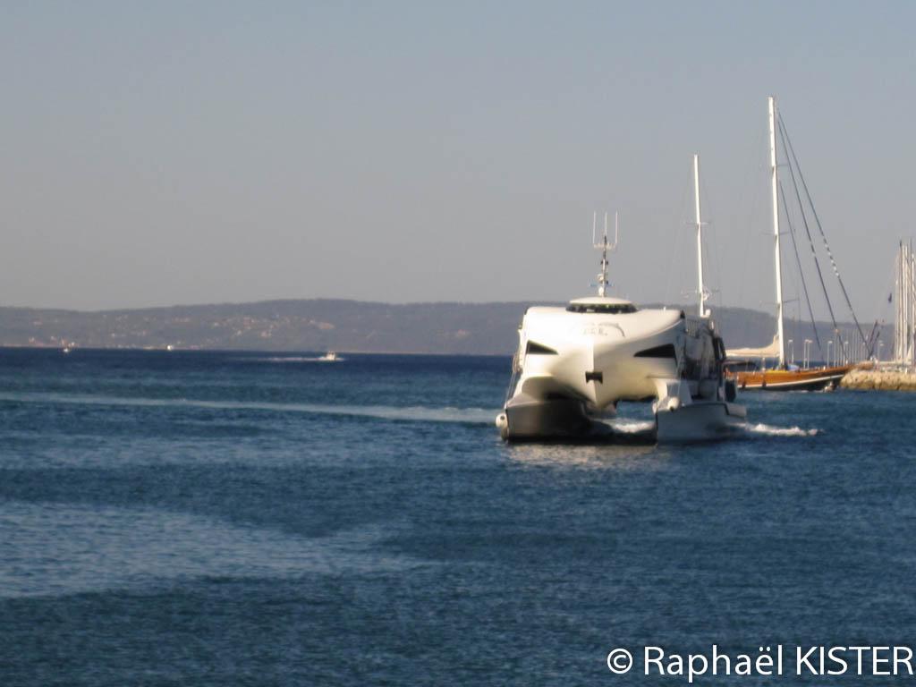 Bateau catamaran arrivant au port de Split (vitesse du bateau > 60 km/h)