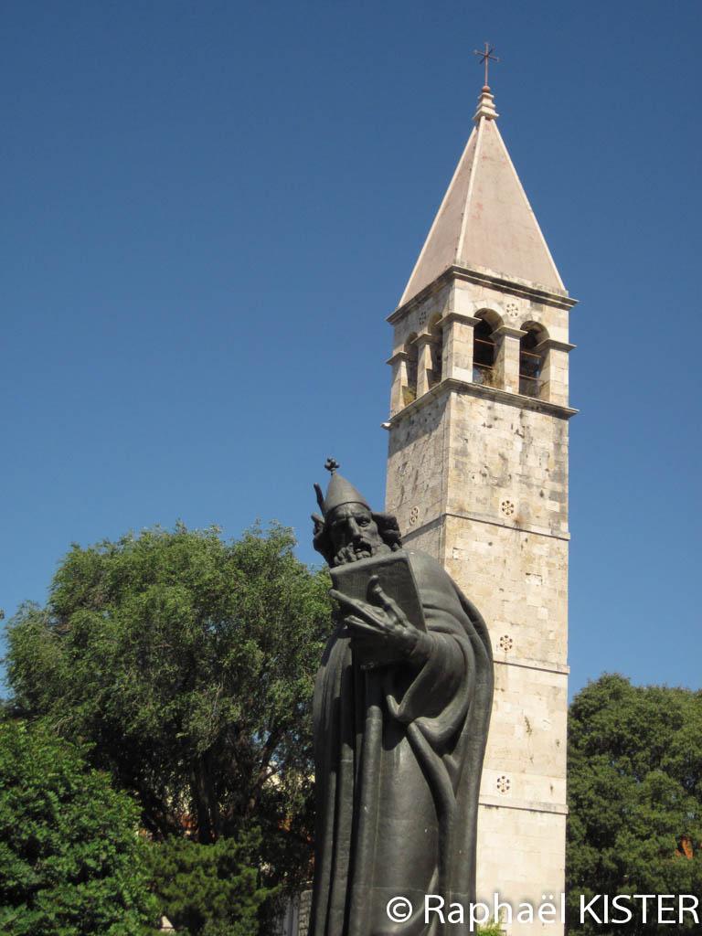 Statue de Grégoire de Nin et la chapelle de Saint Arnira