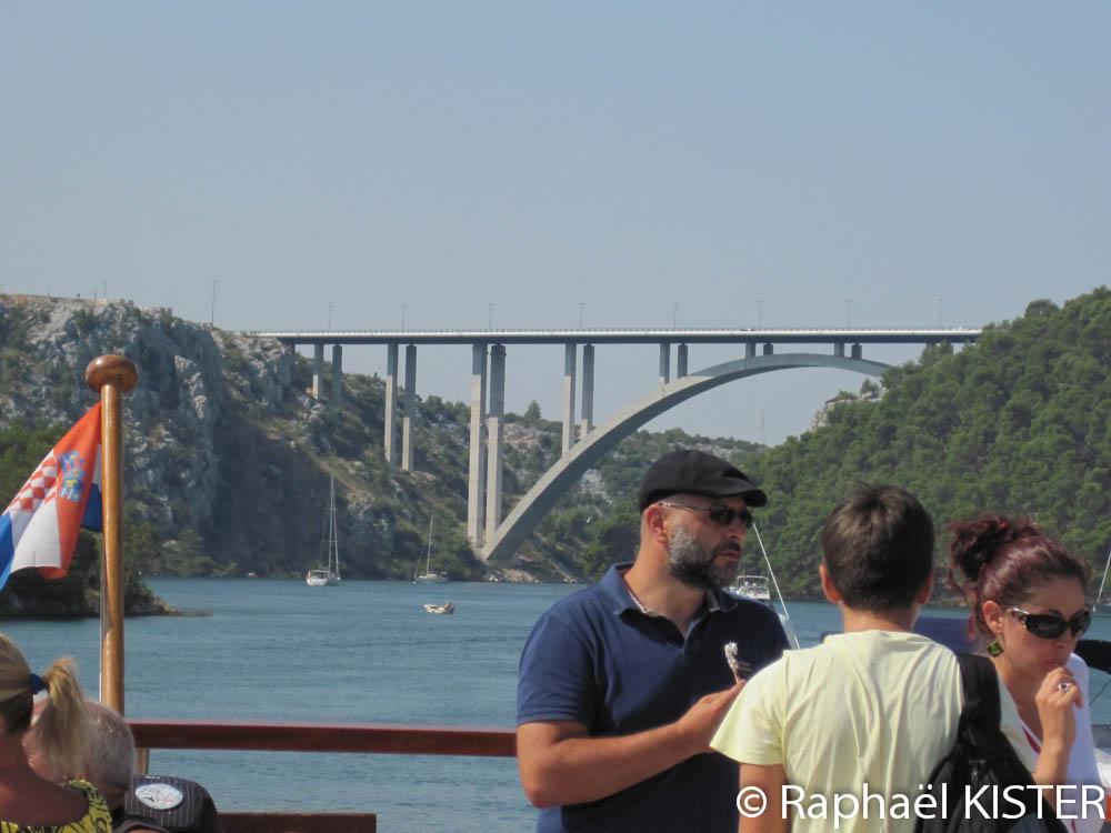 Pont de l'autoroute vue depuis la marina de Skradin