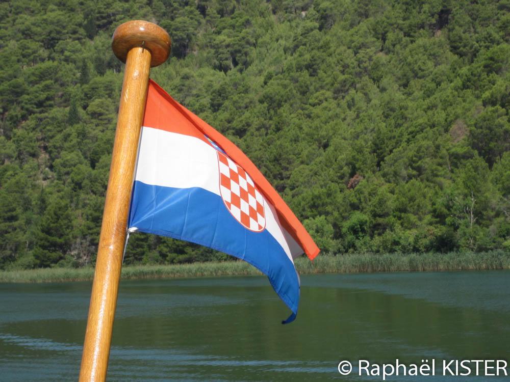 Drapeau croate à l'arrière du bateau