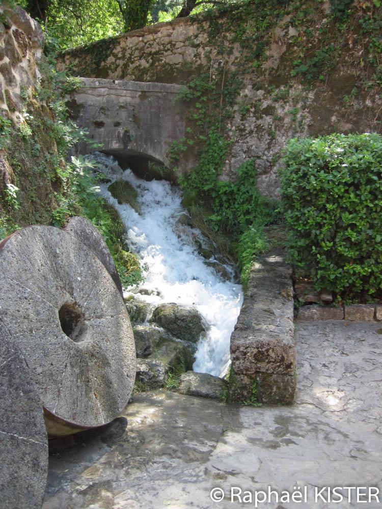 Ferme reconstituée - Meules du moulin à eau