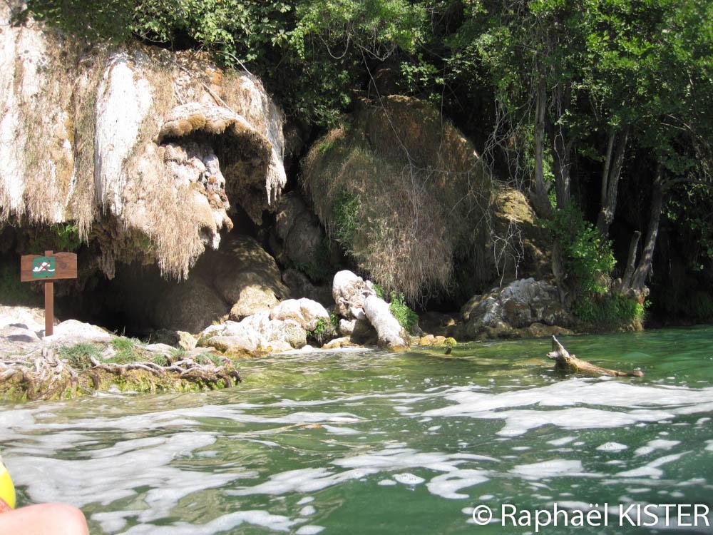 Grotte en aval de la chute d'eau Skradinski buk