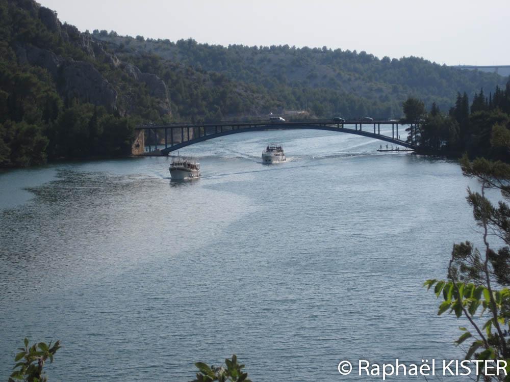 La rivière Krka en direction de Skradin et bateaux en direction du parc des chutes de Krka