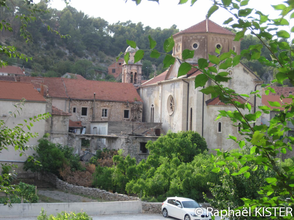 Aperçu de Skradin et d'une église depuis l'auberge de jeunesse