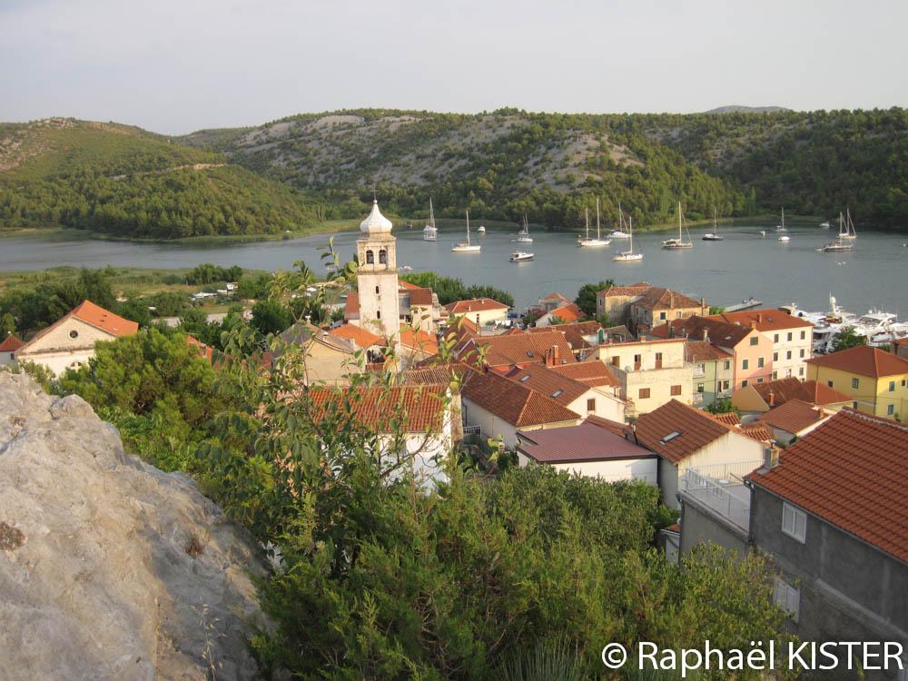 Vue sur Skradin et son port depuis la forteresse