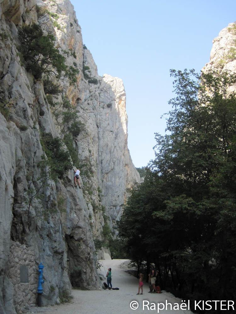 Mur d'escalade à l'entrée du canyon