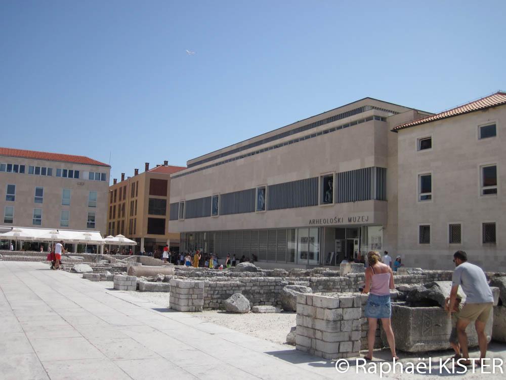 Le musée d'archéologie, en face de l'église Saint-Donat