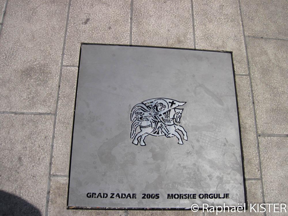 Plaque de la rue sur le front de mer à Zadar
