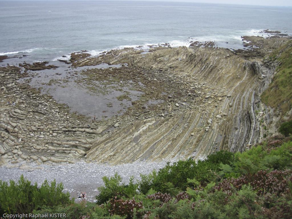 Flysch le long du littoral entre Guéthary et Saint-Jean de Luz. Le flysch est une formation sédimentaire.