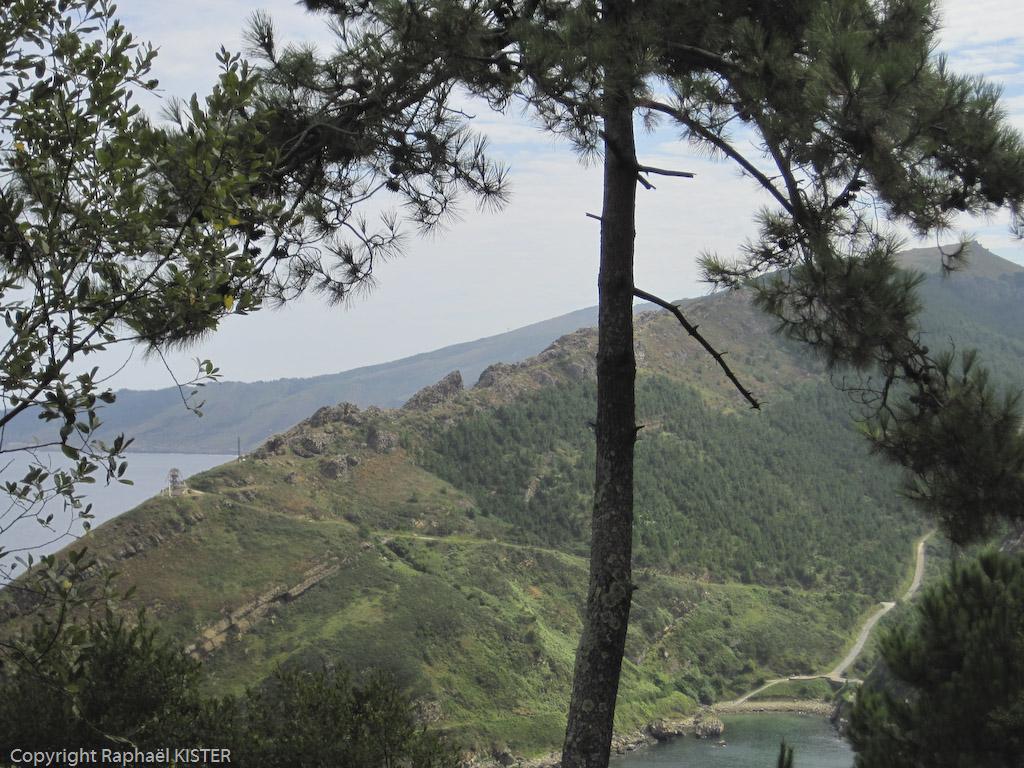 Colline de l'autre côté de l'embouchure du port de San-Sébastien