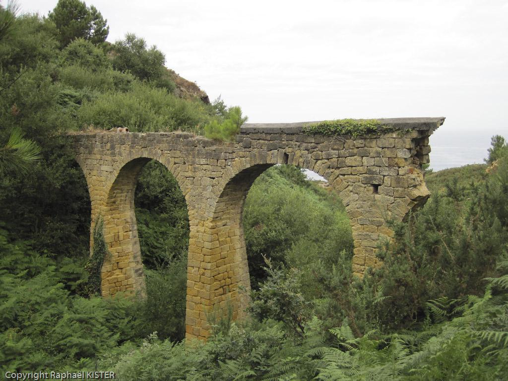 Aperçu d'un ancien viaduc, sur le littoral proche de San-Sébastien