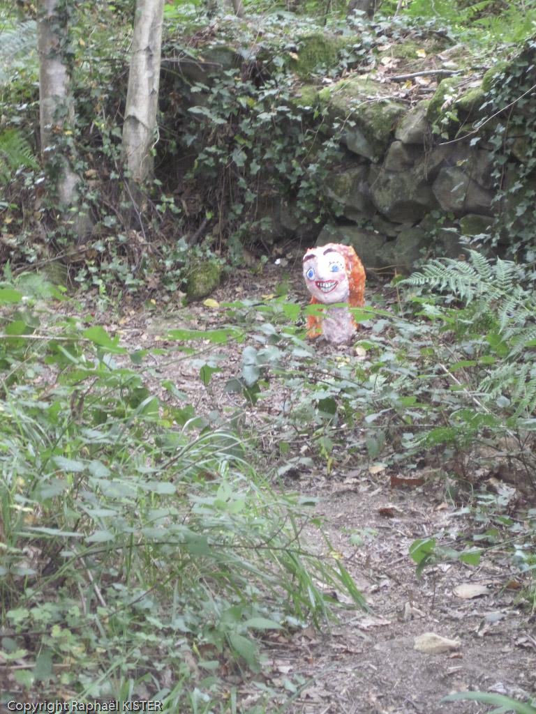Petite statuette, aperçu dans le bois longeant le littoral de San-Sébastien
