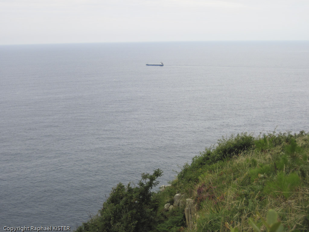 Bateau quittant le port de San-Sébastien et se dirigeant vers le large...