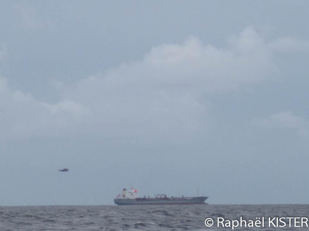Cargo croissant notre chemin face au cap Lizard, avec un hélicoptère des gardes côtes tournant autour