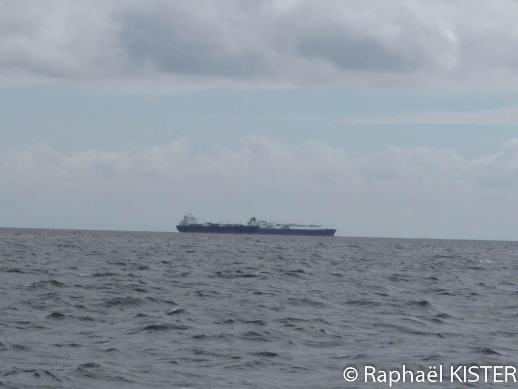 Cargo attendant d'entrer au port de Falmouth