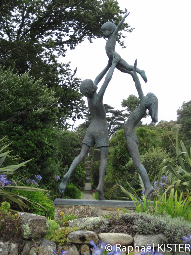 Jardin tropical à Tresco - Statues de trois enfants