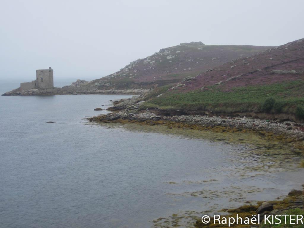 Aperçu du fort Cromwell depuis le mouillage devant New Grimsby à Tresco